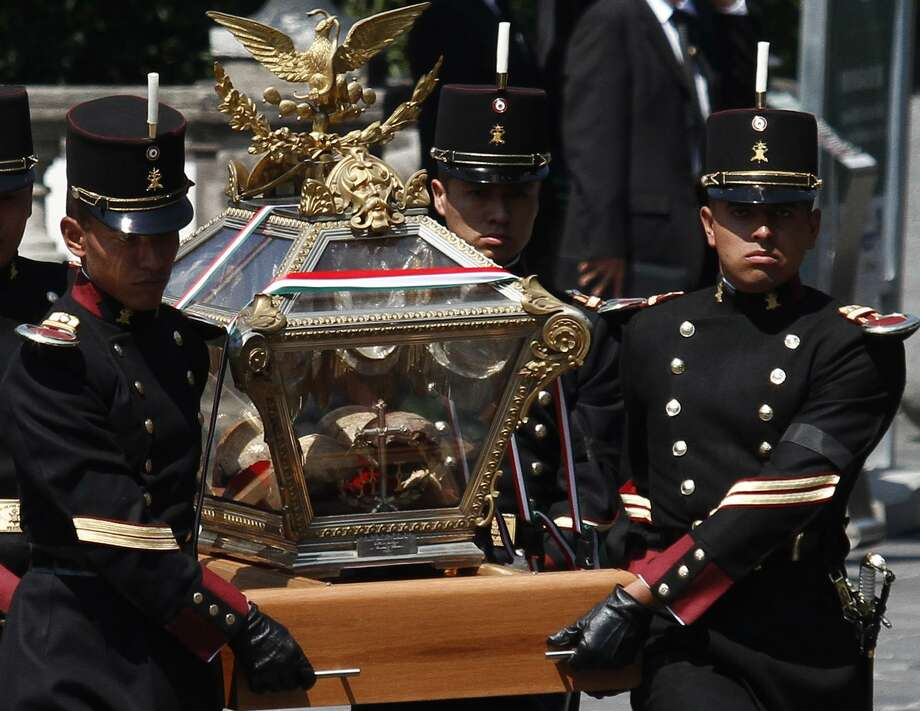 "Mexico's soldiers escort the bones of national heroes to the ""Castle of Chapultepec"" in Mexico City, May 30, 2010. In a somber military ceremony, Mexico's President Felipe Calderon escorted skulls and bones believed to be the remains of 12 independence heroes from crypts under a downtown monument to a historic hilltop castle. Photo: Claudio Cruz /AP / AP"