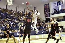 Yale's Miye Oni flies through the lane for a basket against Princeton on Saturday.