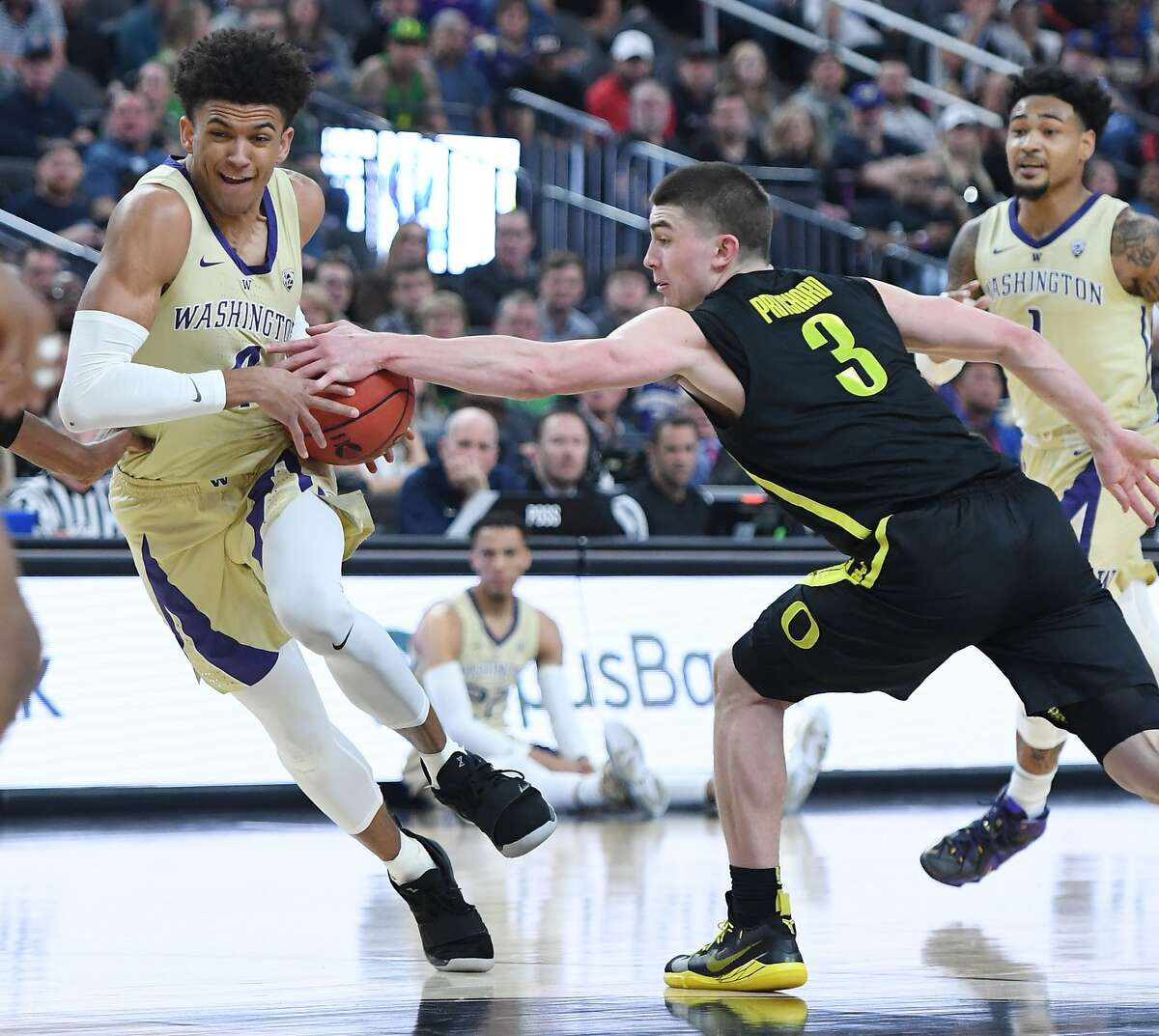 LAS VEGAS, NEVADA - MARCH 16: Payton Pritchard #3 of the Oregon Ducks tries to steal the ball from Matisse Thybulle #4 of the Washington Huskiesduring the championship game of the Pac-12 basketball tournament at T-Mobile Arena on March 16, 2019 in Las Vegas, Nevada. (Photo by Ethan Miller/Getty Images)