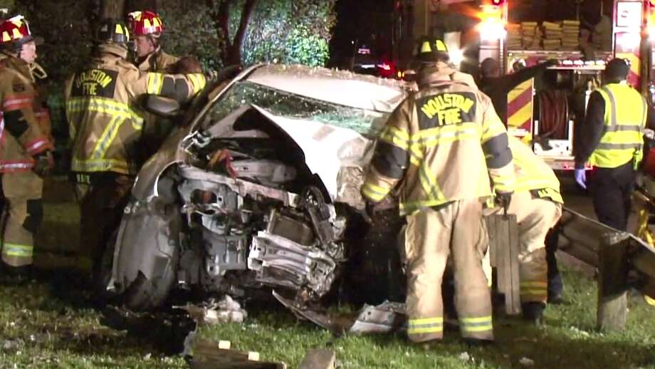 Two killed after car crashes into tree in North Harris County