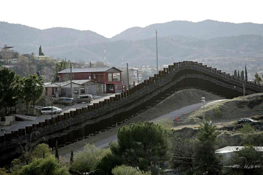 ARCHIVO - En esta fotografía de archivo del 2 de marzo de 2019, un muro fronterizo separa Nogales, México, a la izquierda, de Nogales, Arizona. Photo: Charlie Riedel /Associated Press / Copyright 2019 The Associated Press. All rights reserved.