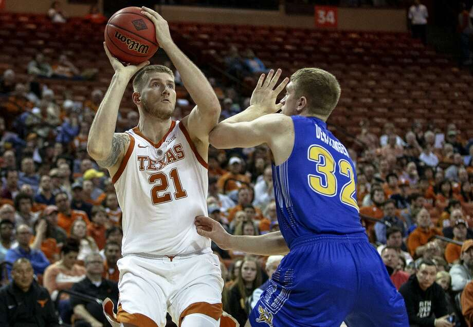 Texas' Dylan Osetkowski scored a career-high 26 points on Tuesday night by hitting 9 of 13 shots. Photo: Nick Wagner, MBO / Associated Press / Austin American-Statesman