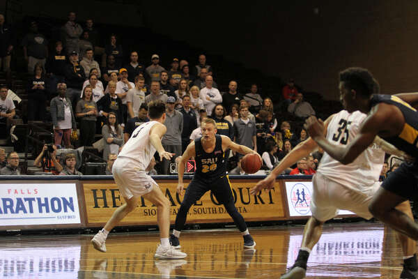 Midland High alum Payton DeWildt of Spring Arbor looks for an opening during the March 12 NAIA Division II men's basketball final against Oregon Institute of Technology in Sioux Falls, S.D.