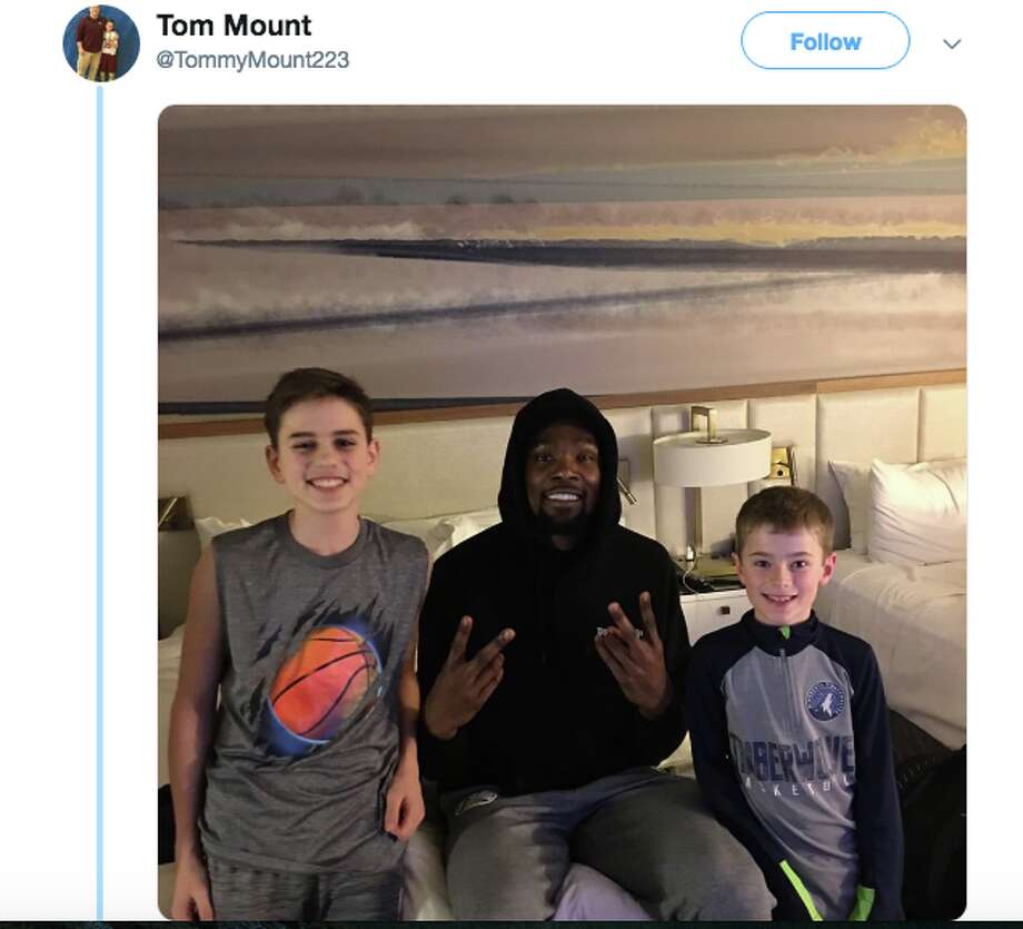 Kevin Durant surprised a couple of young fans with a pizza delivery to their hotel room. Photo: Twitter
