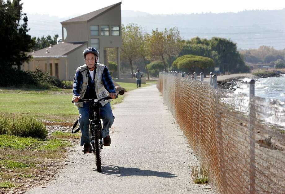 Chris Moore of Burlingame rides his bike in Coyote Point Park in San Mateo, which offers some smooth paved trails. Photo: Penni Gladstone / The Chronicle 2006