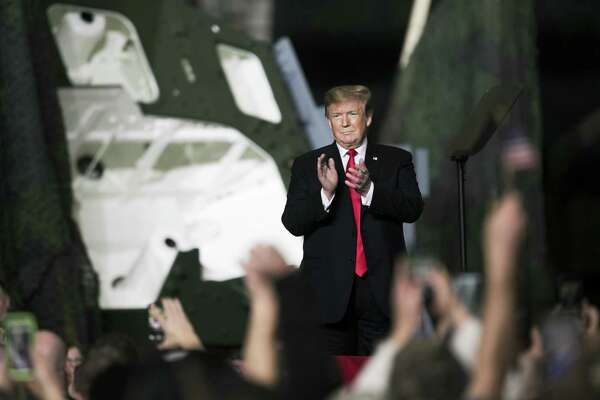 U.S. President Donald Trump applauds while arriving to speak at the Joint Systems Manufacturing Center in Lima, Ohio, U.S., on Wednesday, March 20, 2019. Trump on Wednesday visited a thriving military factory in politically vital Ohio, a symbol of his success at enlarging the U.S. defense budget, as he sought to turn attention from his inability to return jobs to a failing car plant elsewhere in the state. Photographer: Maddie McGarvey/Bloomberg