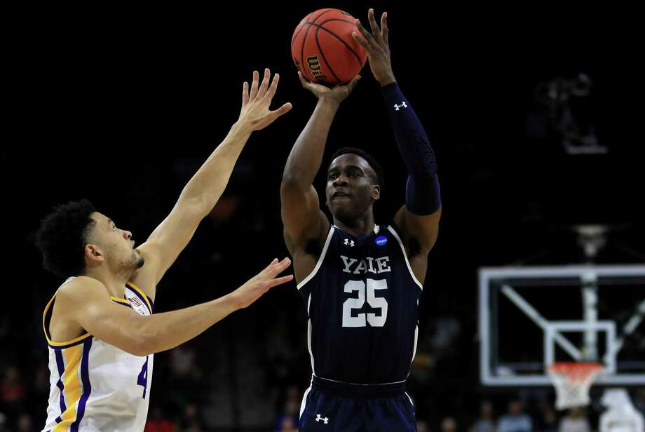 Yale's Miye Oni (25) finished hitting 2 for 16 from the field in Thursday's loss to LSU. Photo: Mike Ehrmann / Getty Images / 2019 Getty Images