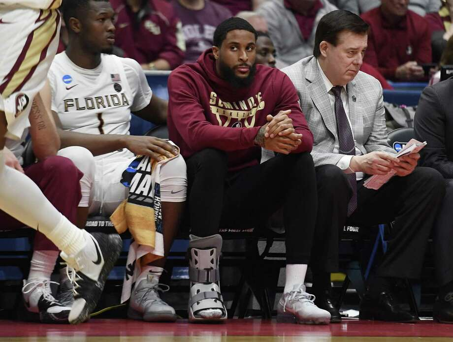 Florida State's Phil Cofer (0) sits on the bench with a boot on his right foot during the Seminoles win over Vermont in the NCAA tournament on Thursday in Hartford. Cofer learned after the game that his father Mike, a former NFL linebacker, passed away following a long illness. Photo: Jessica Hill / Associated Press / Copyright 2019 The Associated Press. All rights reserved
