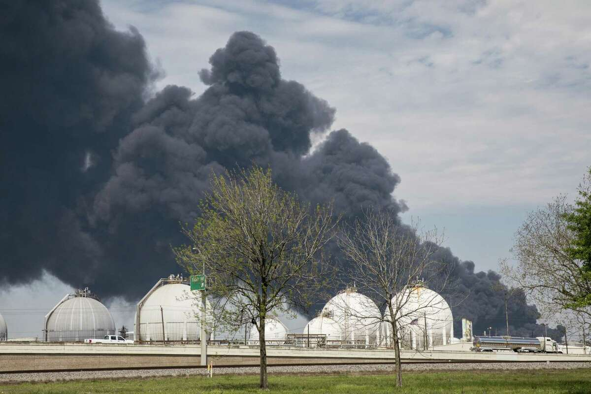 A plume of smoke rises in the air following a fire at the Intercontinental Terminals Co (ITC) petrochemical storage site in City, Texas, U.S., on Tuesday, March 19, 2019. Photographer: Scott Dalton/Bloomberg