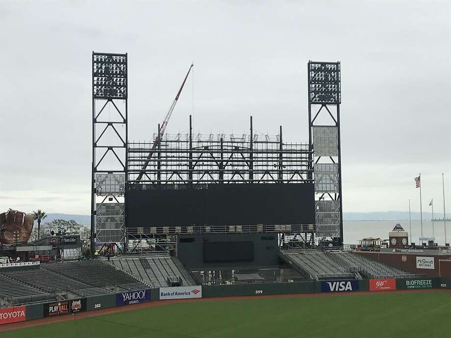 What's going on with the Giants' fancy new scoreboard?
