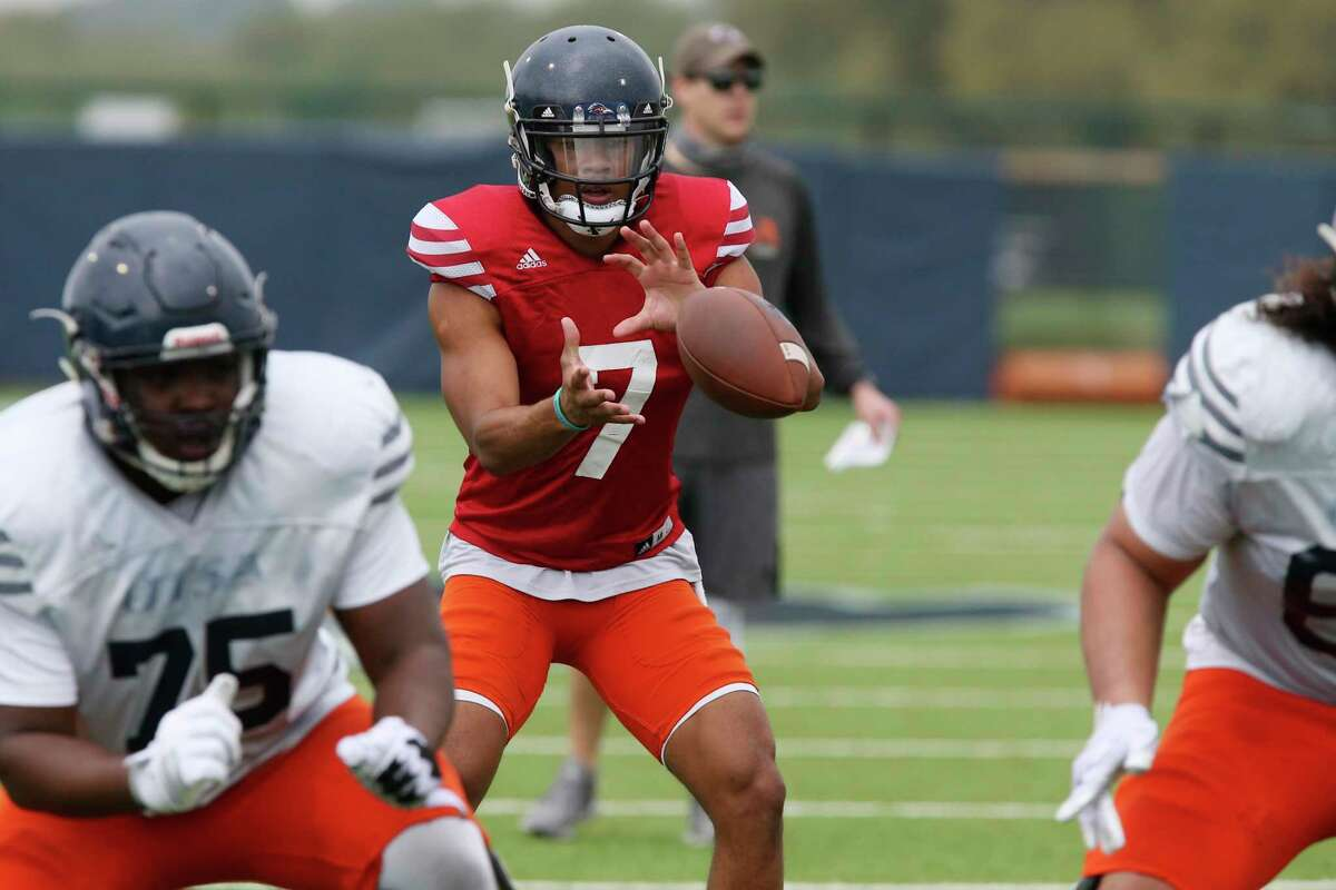 Quarterback Frank Harris, (7), receives the ball during a drill at the University of Texas at San Antonio football spring practice at the main campus, Monday, March 25, 2019.