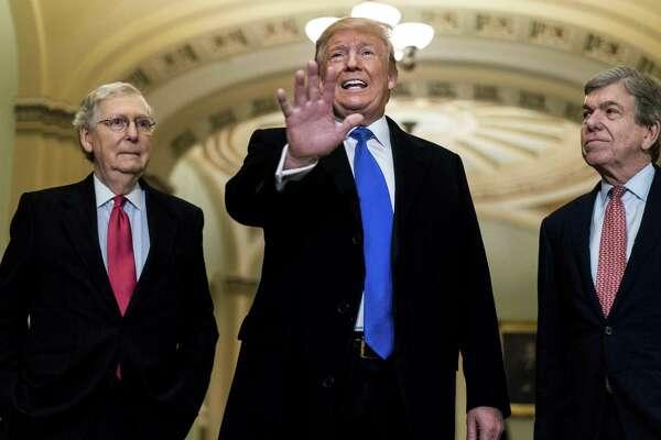 El presidente Donald Trump junto a los senadores Mitch McConnell y Roy Blunt, el martes 26 de marzo de 2019.