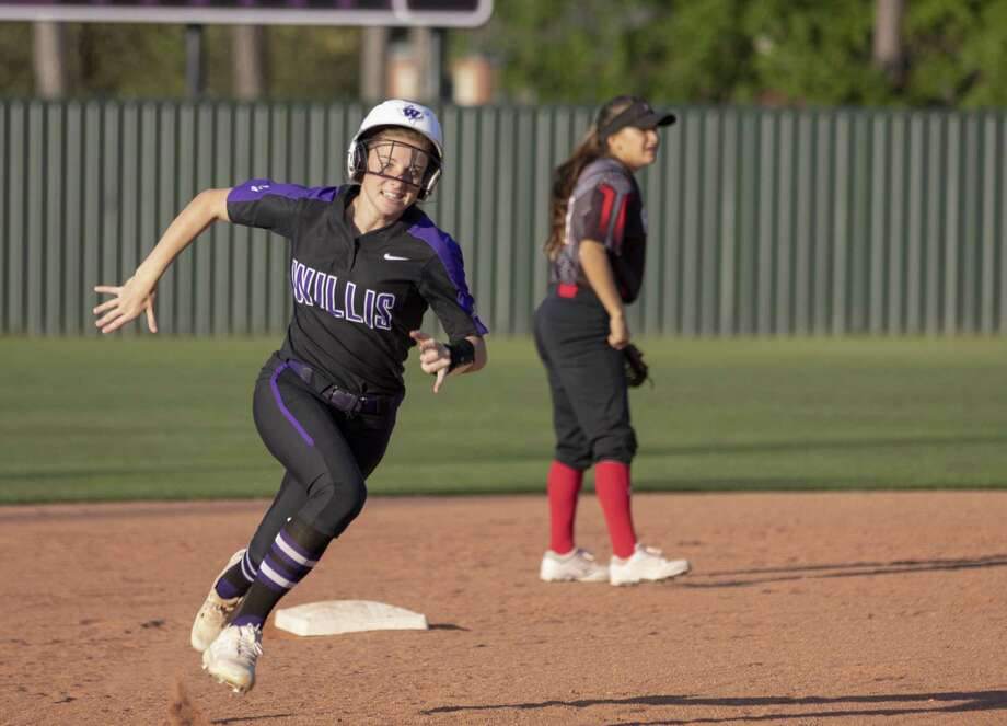 Willis third baseman Hannah Earls (6) rounds second base after an error during a District 20-5A softball game Tuesday, March 26, 2019 in Willis. Photo: Cody Bahn, Houston Chronicle / Staff Photographer / © 2018 Houston Chronicle