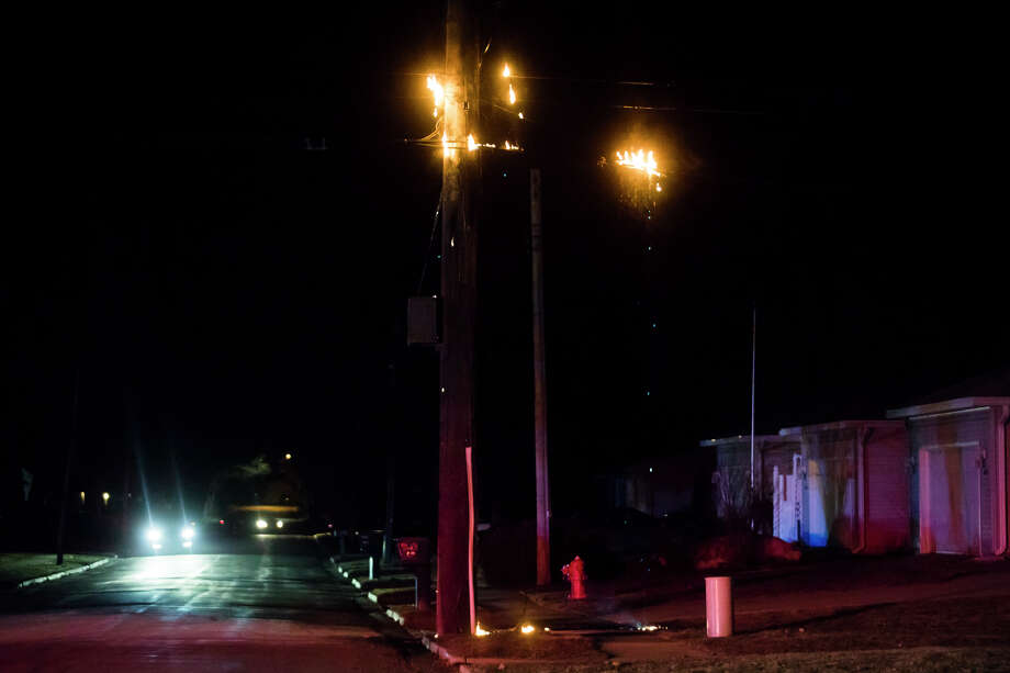 Midland firefighters respond to the scene of a utility pole on fire at the corner of Wheeler and Meyers Streets on Tuesday evening, March 26, 2019 in Midland. (Katy Kildee/kkildee@mdn.net) Photo: (Katy Kildee/kkildee@mdn.net)