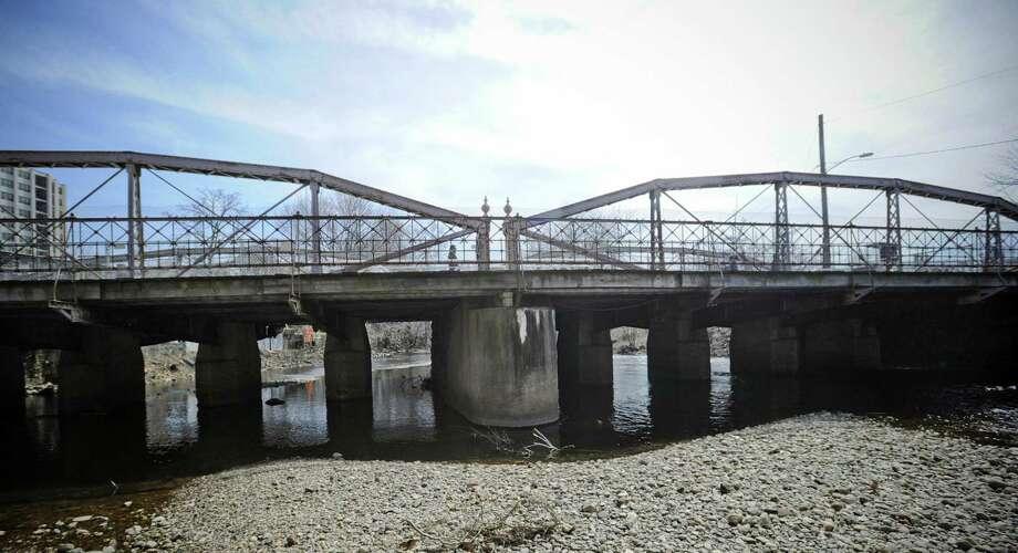 West Main Street bridge in Stamford. Photo: Matthew Brown / Hearst Connecticut Media / Stamford Advocate