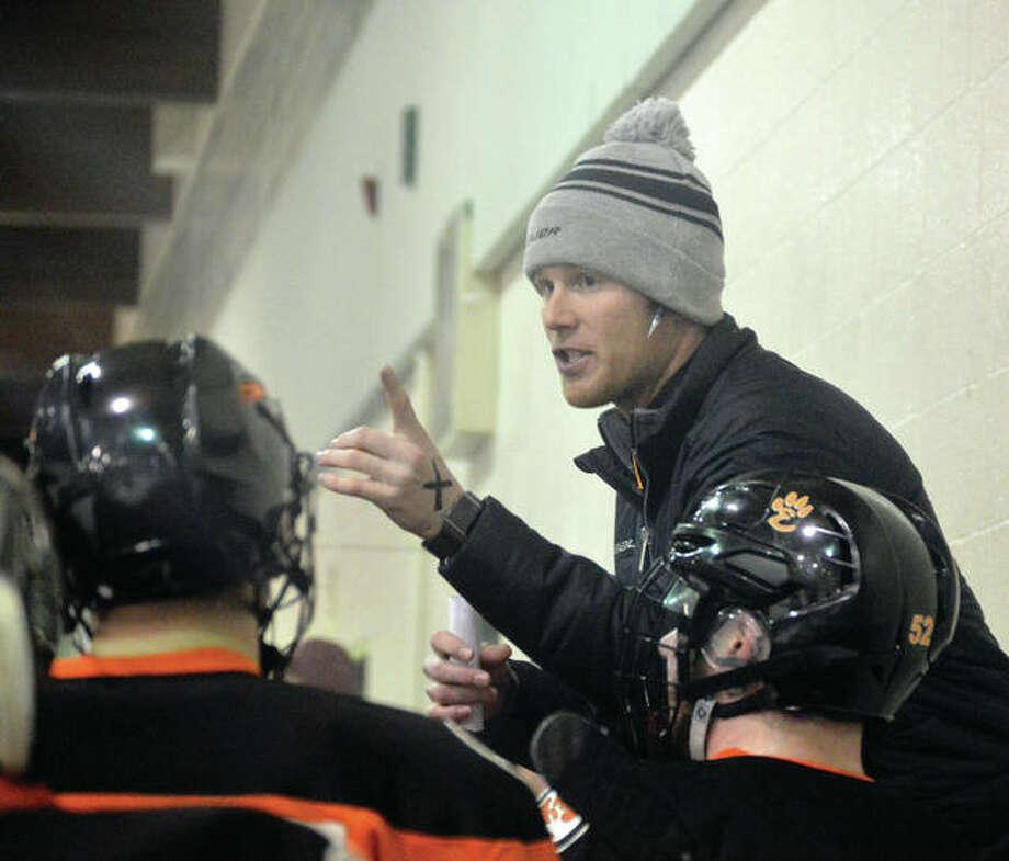 Edwardsville coach Jason Walker talks to his team during a timeout during the 2017-18 regular season. Photo: Matt Kamp/The Intelligencer