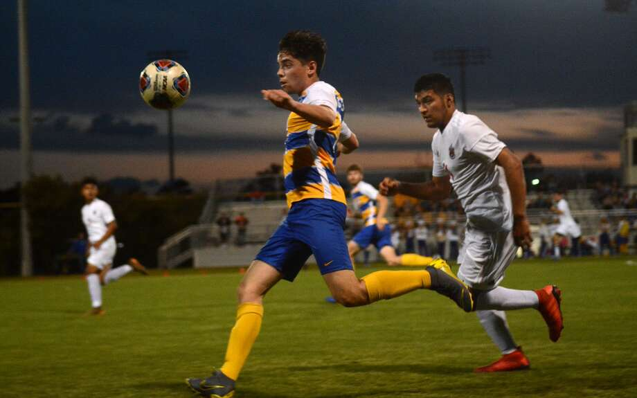 Klein senior forward Carlo Casolari (25) works the ball away from Westfield sophomore defender Fernando Elizondo (24) during the first half of their Region II-6A Bi-District Soccer Playoff match at Klein High School on March 28, 2019. Photo: Jerry Baker, Houston Chronicle / Contributor / Houston Chronicle