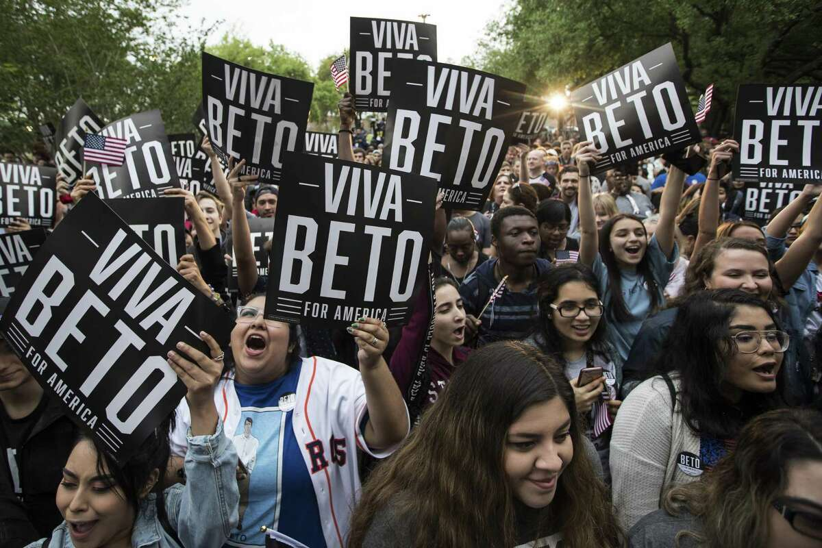 Supporters cheer for Democratic presidential hopeful Beto O'Rourke.