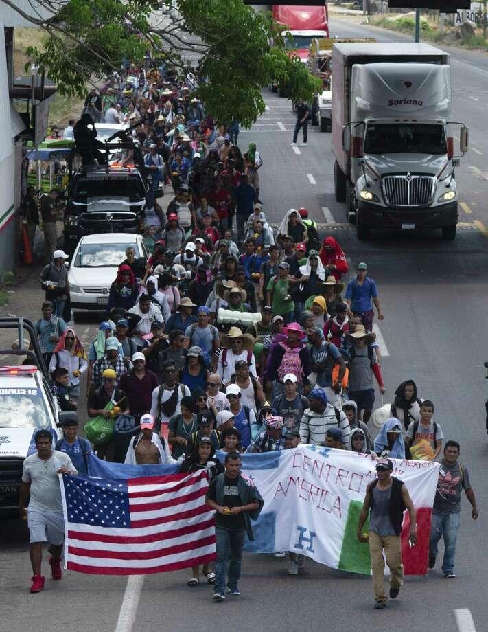 Migrantes centroamericanos que forman parte de una caravana que espera llegar a la frontera entre México y Estados Unidos camina en una carretera en Tapachula, Chiapas, México, el jueves 28 de marzo de 2019. Photo: Isabel Mateos /Associated Press / Copyright 2019 The Associated Press. All rights reserved.