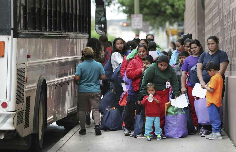 En esta imagen del viernes 29 de marzo de 2019, un grupo de migrantes liberados de centros de retención de Texas llegan a la central de autobuses de San Antonio. Photo: Bob Owen /Associated Press / ©2019 San Antonio Express-News