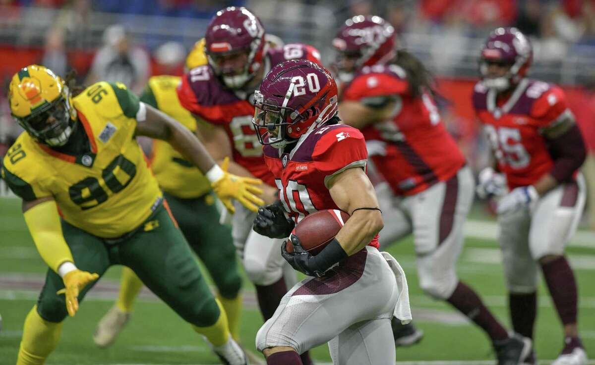 San Antonio Commander's Kenneth Farrow (20) carries the ball during the AAF game against Arizona Hotshots on March 31, 2019 at the Alamodome.