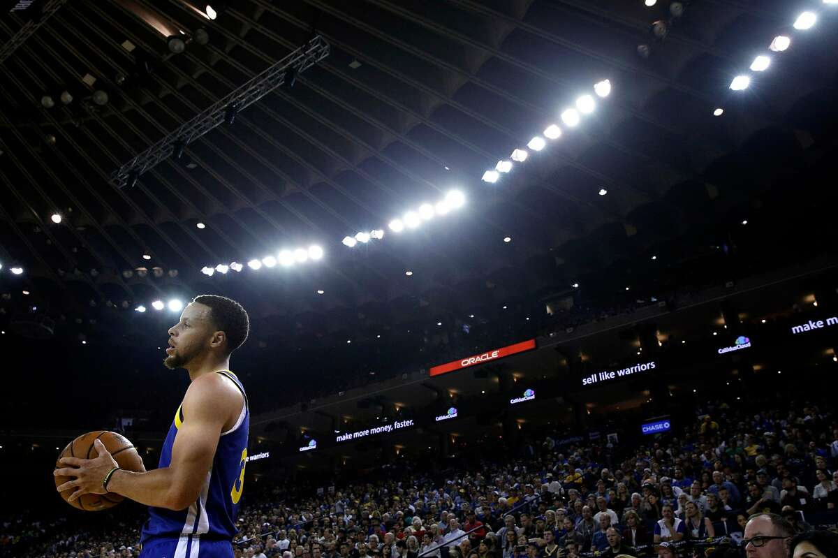 Stephen Curry (30) prepares to inbound a ball in the first half as the Golden State Warriors played the Charlotte Hornets at Oracle Arena in Oakland, Calif., on Sunday, March 31, 2019.