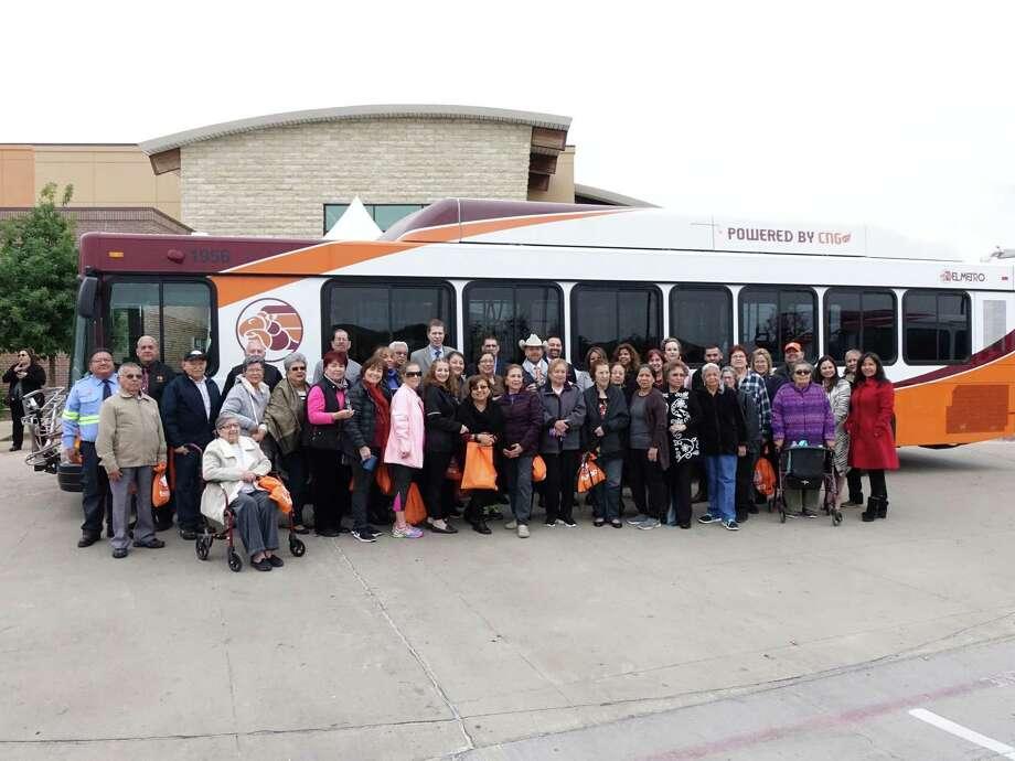 El regidor de la Ciudad de Laredo, George Altgelt, El Metro Transit, Parra & Co, el Departamento de Parques y Recreación de la Ciudad de Laredo y miembros de la comunidad. Photo: Foto De Cortesía /Ciudad De Laredo