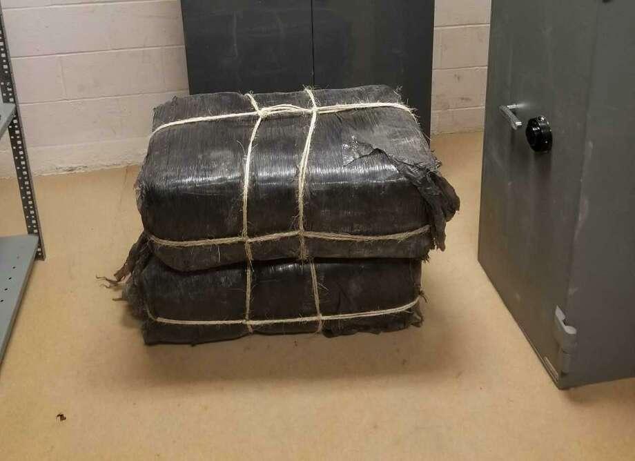 En esta fotografía se observan varios paquetes de narcóticos abandonados cerca del Río Grande al oeste de Laredo, el viernes por la tarde. Photo: Foto De Cortesía /Oficina De Aduanas Y Protección Fronteriza