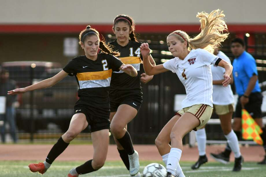 Cy Woods senior forward Bailey Peschel (4) battles for the ball with Klein Oak sophomore defenders Annabella Liddell (2) and Daniela Marroquin (14) during the first half of their Region II Class 6A Area Playoff matchup at Tomball High School on April 2, 2019. Photo: Jerry Baker, Houston Chronicle / Contributor / Houston Chronicle