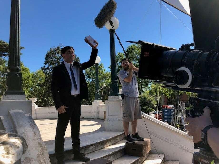 El actor argentino Gastón Pauls (izq.), durante la grabación de una escena de la película basada en la vida del predicador evengelista Luis Palau. Photo: Pierce PR