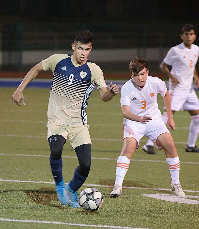 Hildebrando Ruiz and the Bulldogs play the Wolves at 7 p.m. Friday at the SAC. The winner will advance to the regional semifinals of the state playoffs. Photo: Cuate Santos /Laredo Morning Times File / Laredo Morning Times