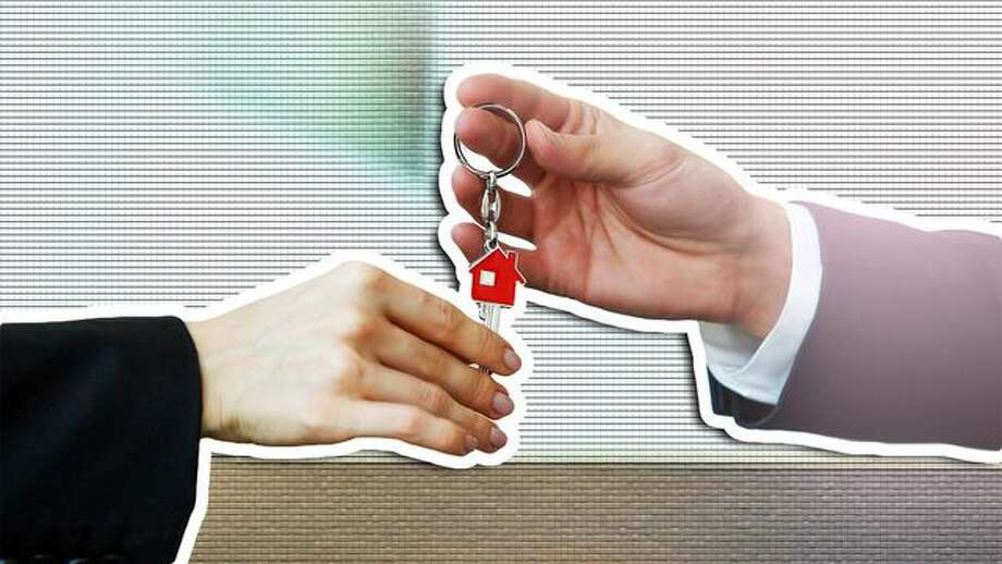 Click ahead to see theunwritten home-selling etiquette rules that can make or break your sale >>> Photo: Venuestock/iStock; Realtor.com