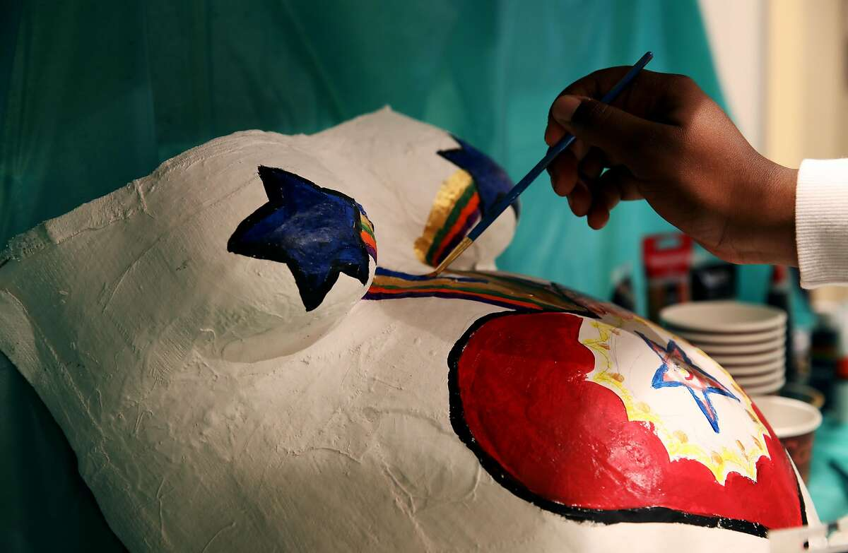Stephanie Dixon paints a belly cast during post-partum training with SisterWeb, a new doula partnership that trains Spanish-speaking, black and Pacific Islander women to be doulas and matches them with women in those communities, at Bayview Hunters Point Clinic in San Francisco, Calif., on Saturday, March 30, 2019.
