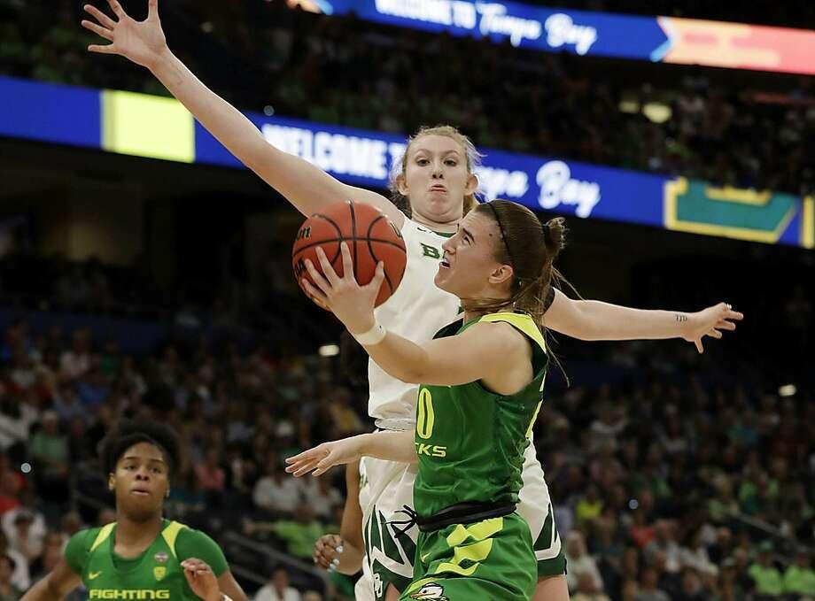 Oregon guard Sabrina Ionescu drives to the basket as Baylor forward Lauren Cox defends. Baylor won 72-67. Photo: Chris O'Meara / Associated Press