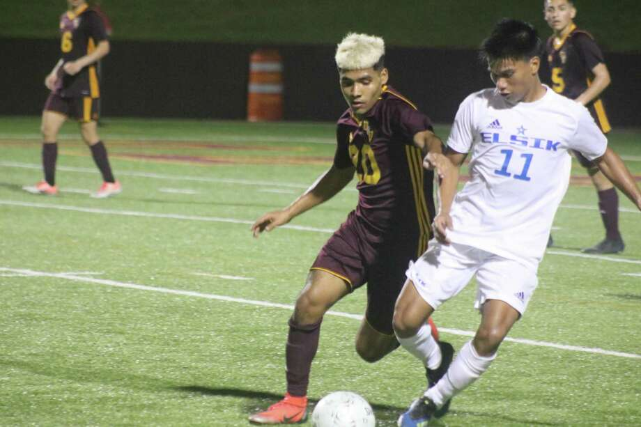 Deer Park's Jose Villa and Elsik's Mayno Linares fight for control of the ball during second-half action of their state playoff match Friday night. Photo: Robert Avery