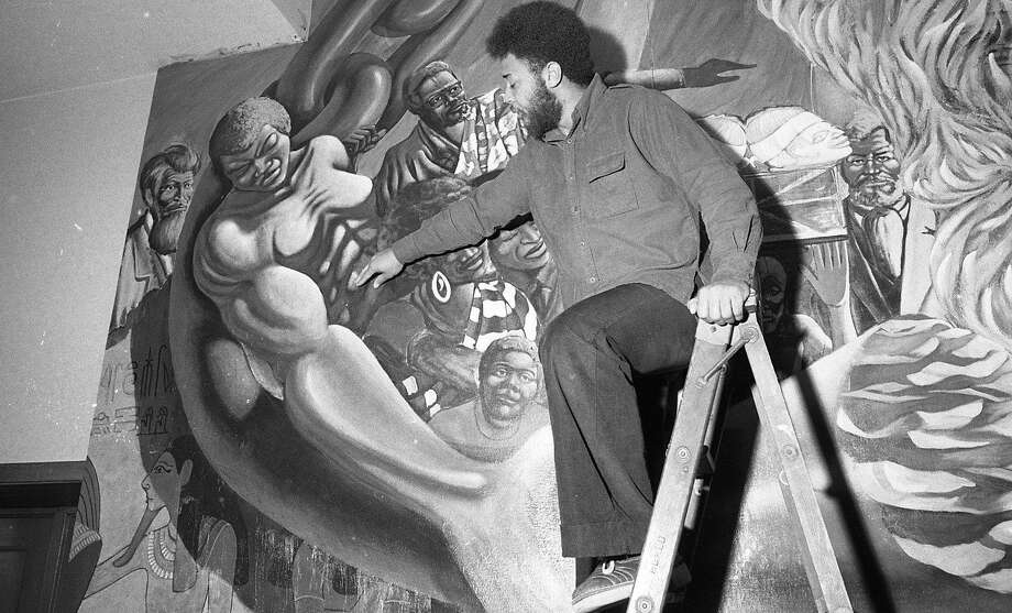 Artist Dewey Crumpler suggests an alternative mural on March 29, 1974. Photo: Dave Randolph / The Chronicle 1974 / ONLINE_YES