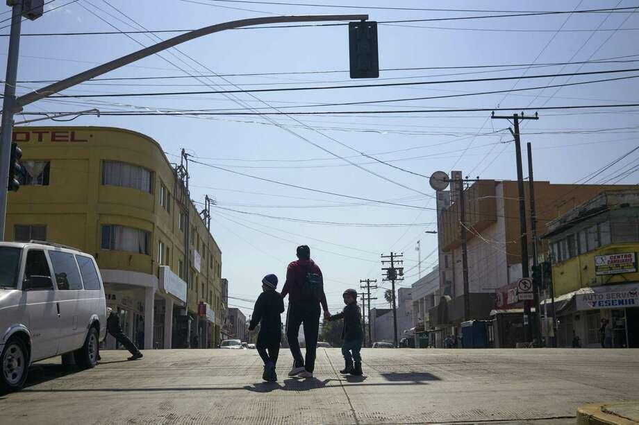 En esta imagen del 5 de marzo de 2019, Ruth Aracely Monroy camina junto a sus hijos en Tijuana, México. Después de solicitar asilo en Estados Unidos, la familia fue devuelta a Tijuana para esperar su audiencia en San Diego. Photo: Gregory Bull /Associated Press / Copyright 2019 The Associated Press. All rights reserved.
