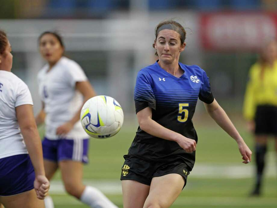 Sophia Connelly bounced back from Alamo Heights' state semifinal loss last season by scoring a school-record 52 goals. Photo: Ronald Cortes /Contributor / 2019 Ronald Cortes