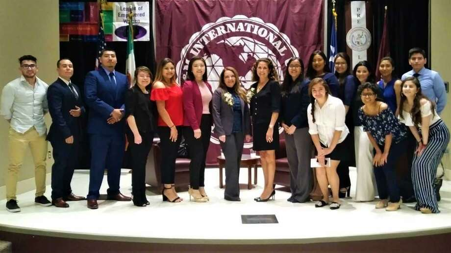 Miembros de las organizaciones LWCBA y LEW posan junto a las juezas Marina Marmolejo García y Patricia Álvarez Photo: Foto De Cortesía /TAMIU