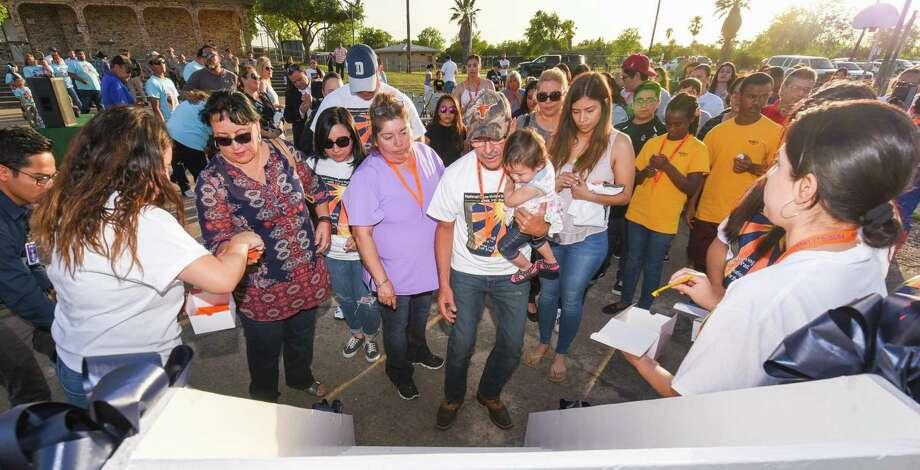 Familiares recuerdan a sus seres queridos mientras colocan velas electrónicas en un estante durante una ceremonia llevada a cabo el jueves 11 de abril de 2019, como parte Photo: Danny Zaragoza /Laredo Morning Times