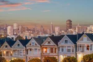 After another day out walking through San Francisco's neighboorhoods, we ended the day with this iconic view. The Painted Ladies are a type of homes built in a Viktorian style and painted in 3 or more colors to accent the architecture. Would love to hear your thoughts!