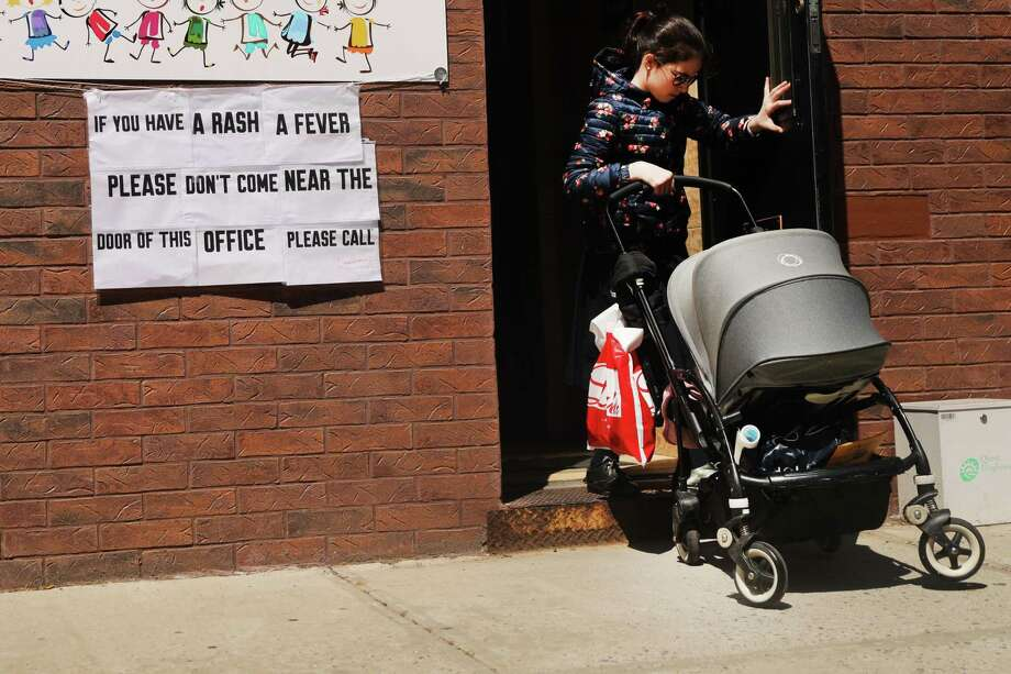 A sign warns people of measles in the Orthodox Jewish community in Williamsburg on April 10, 2019 in New York City. Photo: Spencer Platt / Getty Images / 2019 Getty Images
