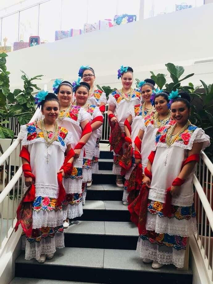 Dieciocho estudiantes viajaron con la directora de ballet folklórico de TAMIU, Nayeli López, a la competencia, el viernes 6 de abril de 2019. Photo: Foto De Cortesía /TAMIU