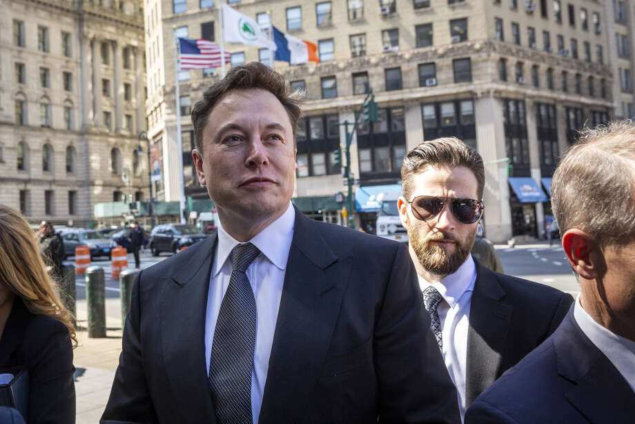 Elon Musk, chief executive officer of Tesla Inc., left, arrives at federal court in New York on April 4, 2019. Photo: Bloomberg Photo By Natan Dvir. / © 2019 Bloomberg Finance LP
