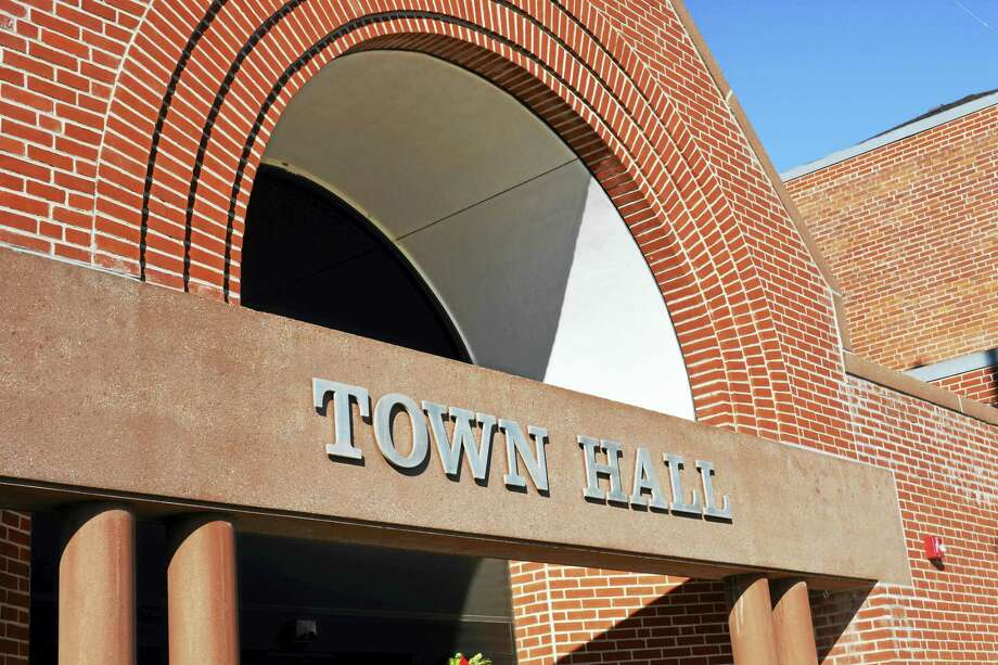 Cromwell Town Hall Photo: Cassandra Day / Hearst Connecticut Media File Photo