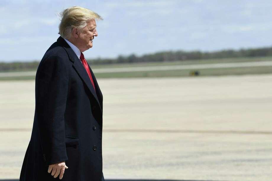 El presidente Donald Trump camina hacia el avión presidencial en la Base Aérea Andrews en Maryland, el lunes 15 de abril del 2019. Photo: Susan Walsh /Associated Press / Copyright 2019 The Associated Press. All rights reserved.