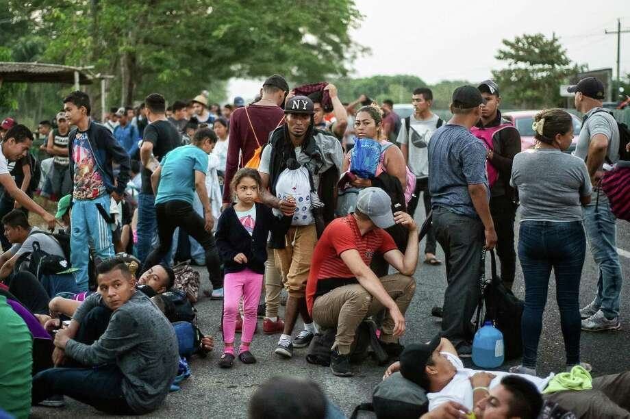 Migrantes centroamericanos que se dirigen en caravana a los Estados Unidos descansan en su camino hacia Huixtla, en Tapachula, estado de Chiapas, México, el 15 de abril de 2019. Photo: Pep Companys /AFP /Getty Images / AFP or licensors