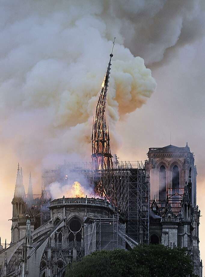 Llamas y humo se elevan mientras la aguja de la catedral de Notre Dame se desploma en París, el lunes 15 de abril de 2019. Photo: Diana Ayanna /Associated Press / Copyright 2019 The Associated Press. All rights reserved.
