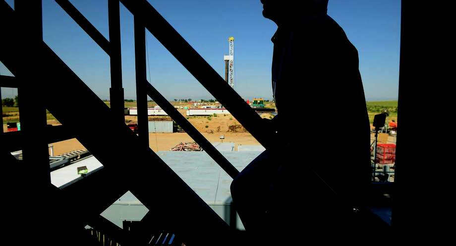 The silhouette of a contractor is seen walking up stairs at an Anadarko Petroleum Corp. oil rig site in Fort Lupton, Colo, on Aug. 12, 2014. Photo: Bloomberg Photo By Jamie Schwaberow. / 2014 Bloomberg Finance LP