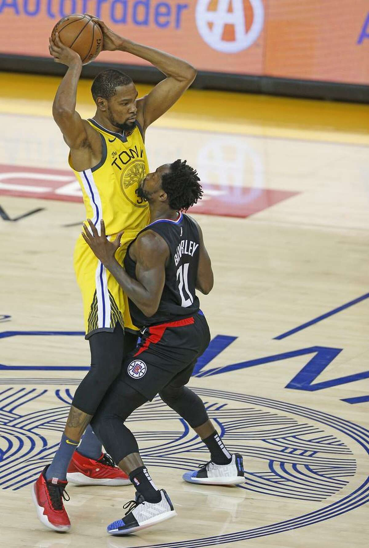 FILE PHOTO: Clippers pest Patrick Beverley, covering Kevin Durant during Game 2, has gotten inside the head of the Warriors forward.